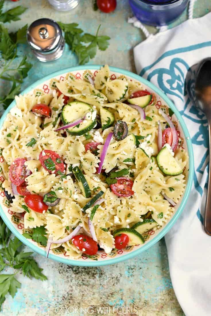 This Mediterranean Pasta Salad is sure to keep your friends and family happy at the next potluck! © COOKING WITH CURLS