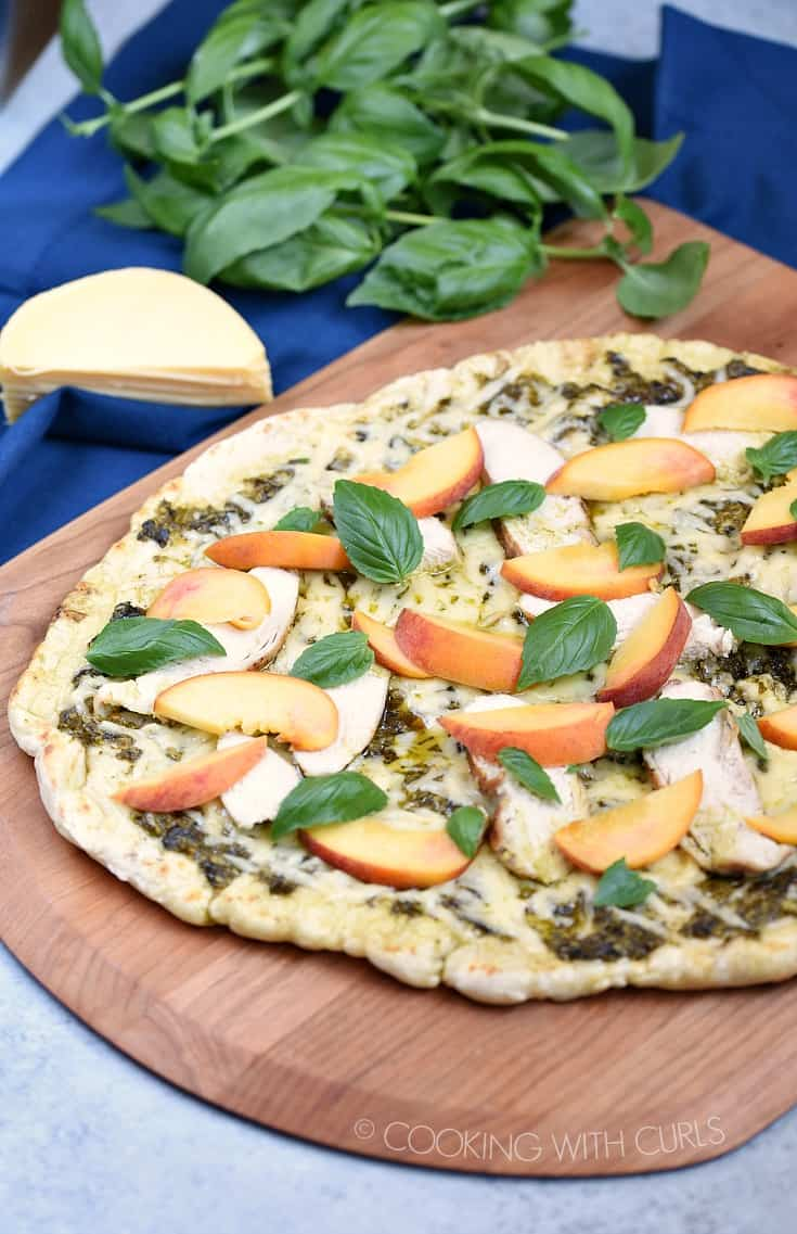 Use up all that basil that is taking over your garden by making a Grilled Chicken and Peach Pesto Pizza for dinner tonight! © COOKING WITH CURLS