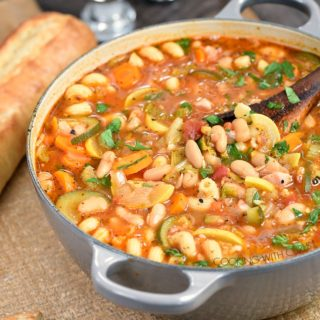 Instant Pot Minestrone Soup is a hearty, Italian vegetable soup that is guaranteed to warm you up on a cold winter night! cookingwithcurls.com