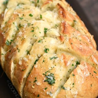 No one can resist this Cheesy Garlic Pull-Apart Bread fresh out of the oven! It's loaded with garlic, butter, and of course cheese!! cookingwithcurls.com