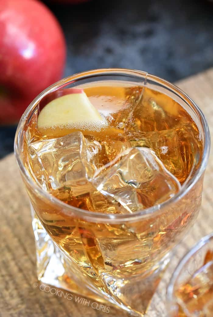 This Sparkling Caramel Apple Cocktail is like fall in a glass!! cookingwithcurls.com