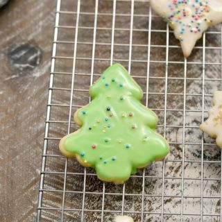 This Cookie Glaze is super simple to make and works perfectly on sugar cookies and gingerbread cookies! cookingwithcurls.com
